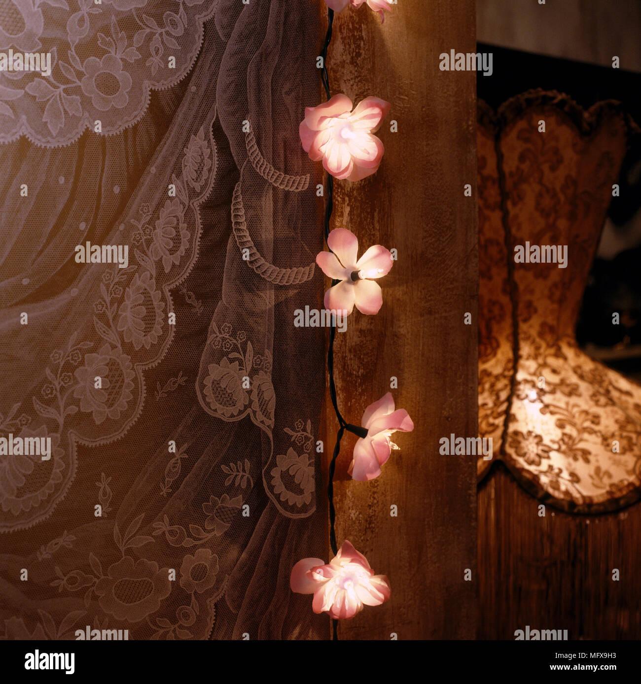 Ein Detail Von Einem Romantischen Schlafzimmer Mit Lichterketten Um Gardinen  Lit Drapiert, Lampe, Eine Subtile, Low Light