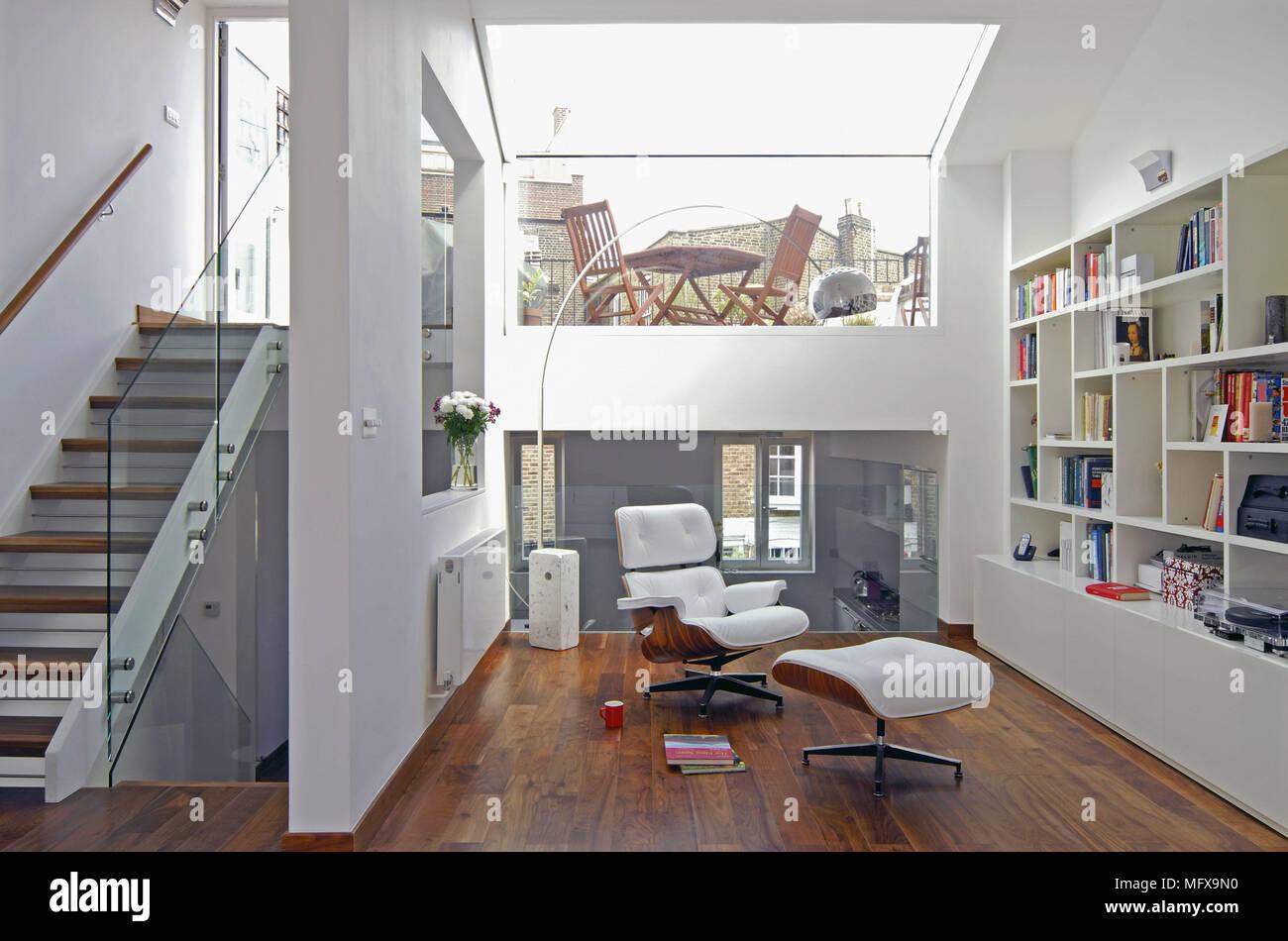 Schon Weißes Leder Eames Chair Im Zentrum Des Zeitgenössischen Geräumige Offene  Zimmer