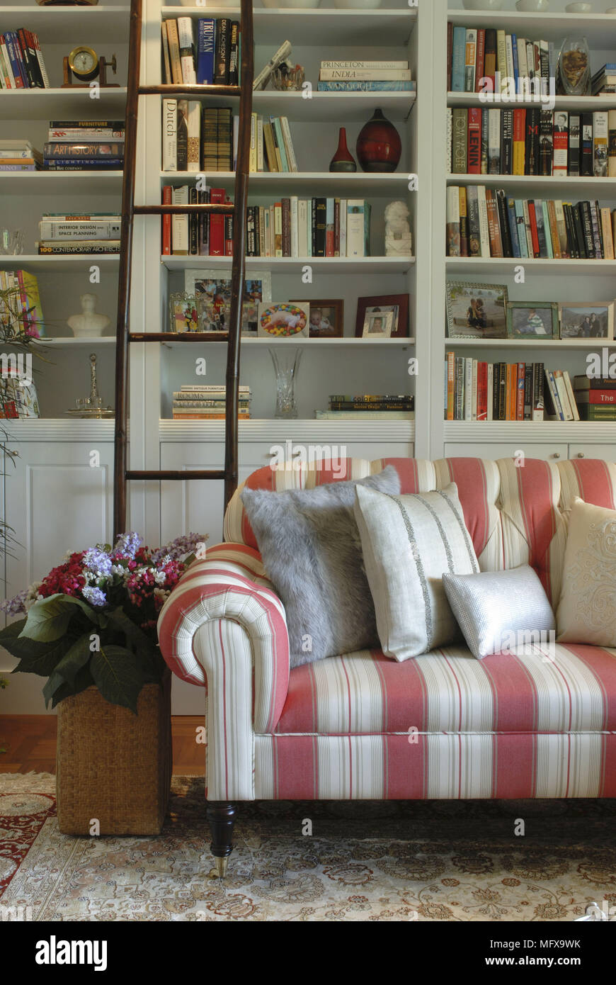 Rote Und Weiße Streifen Sofa Vor Der Bücherwand Im Traditionellen Stil  Wohnzimmer
