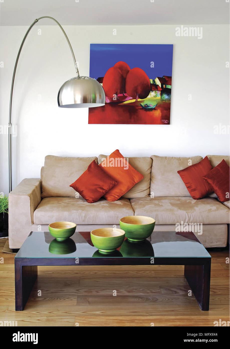Bogen Lampe neben Sofas mit roten Kissen in der modernen