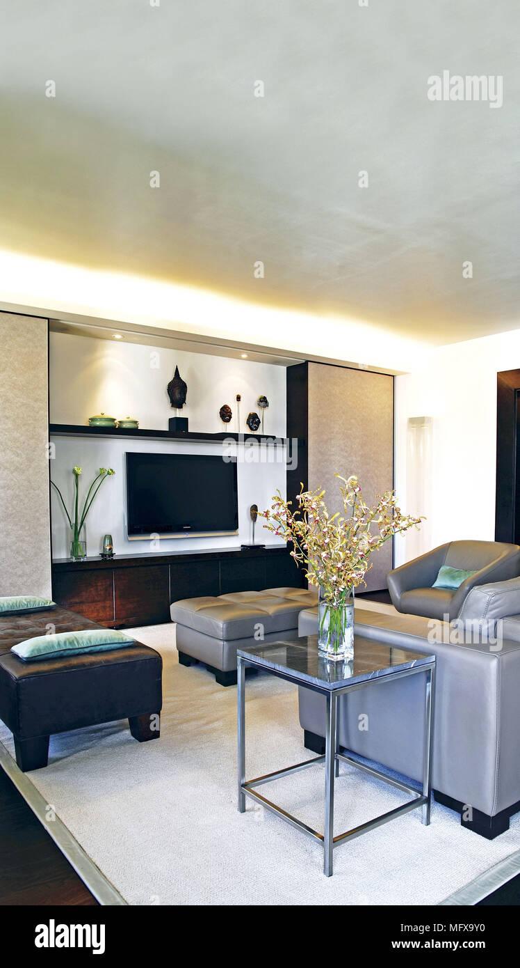 Sofa an der Wand montierte Fernseher in moderne Wohnzimmer Stockfoto ...