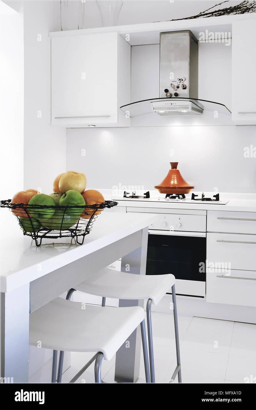 Paar Barhocker An Der Theke In Der Modernen Weißen Küche