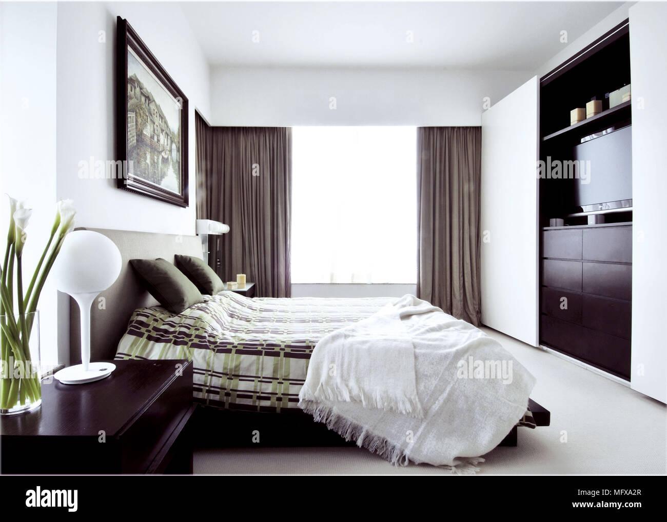 Doppelbett An Der Wand Montierte Fernseher In Modernes Schlafzimmer Stockfotografie Alamy
