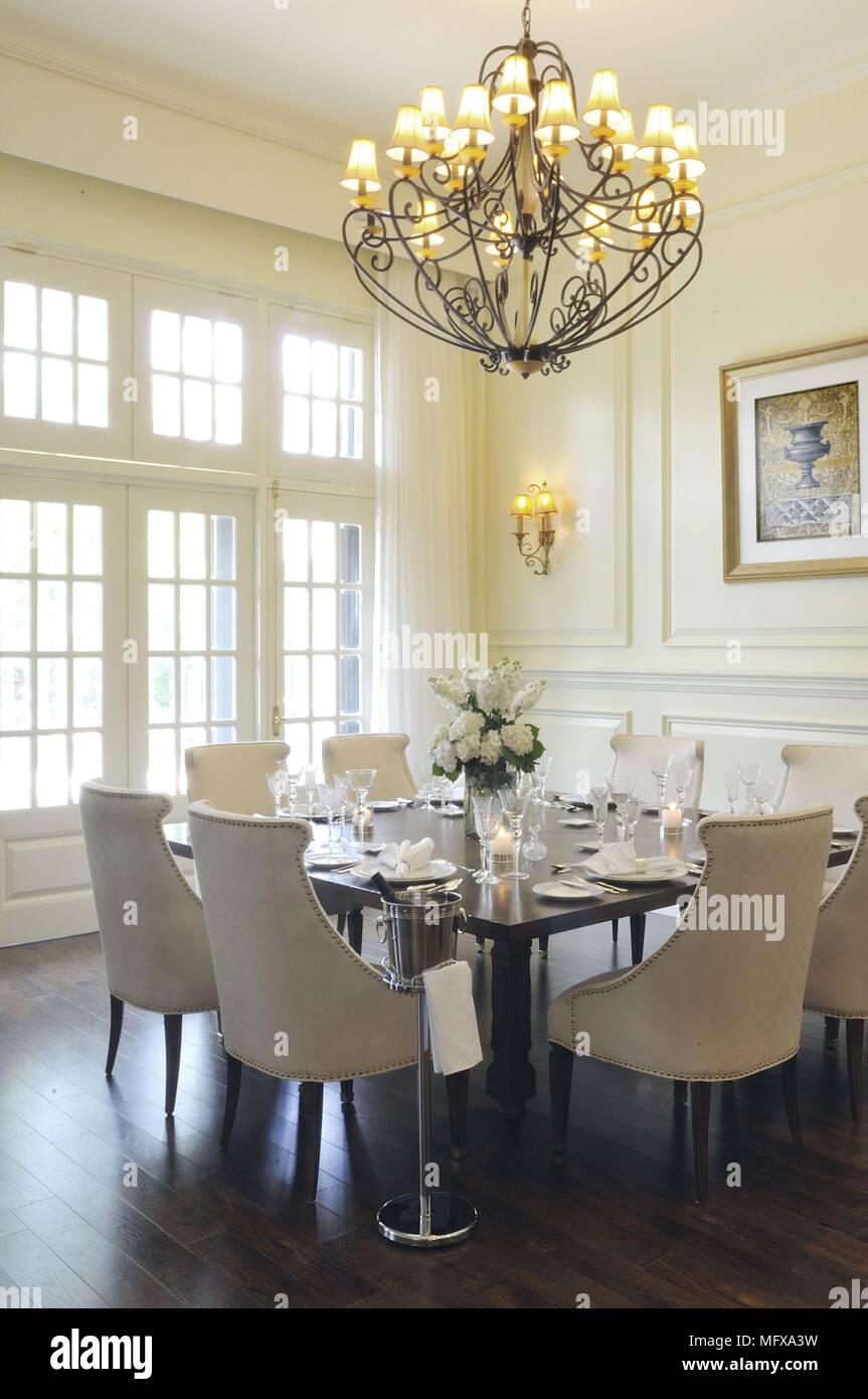 Kronleuchter Uber Tisch Und Stuhle Im Traditionellen Stil Esszimmer