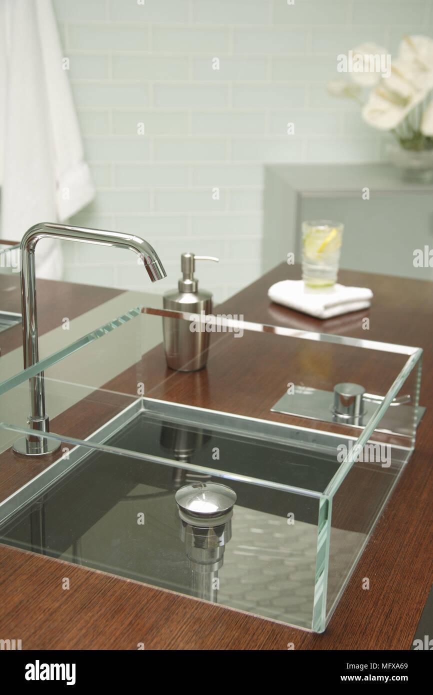 Glas Waschbecken auf Holz Regal im modernen Badezimmer Stockfoto ...