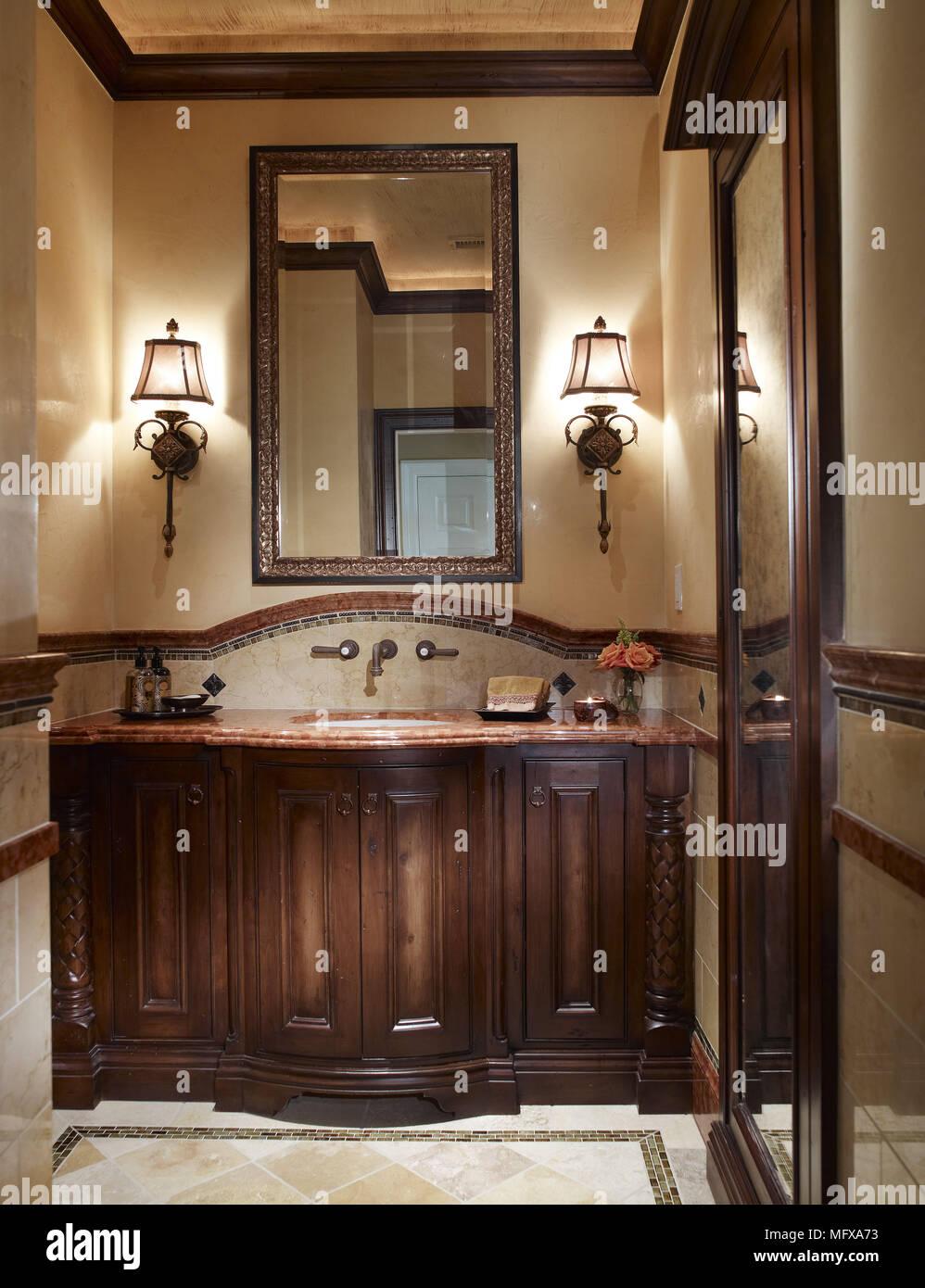 Spiegel über dem Waschbecken Schrank in traditionellen Badezimmer ...