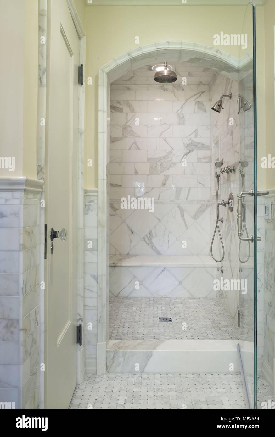 Duschkabine mit Glastür im traditionellen Stil Badezimmer Stockfoto ...
