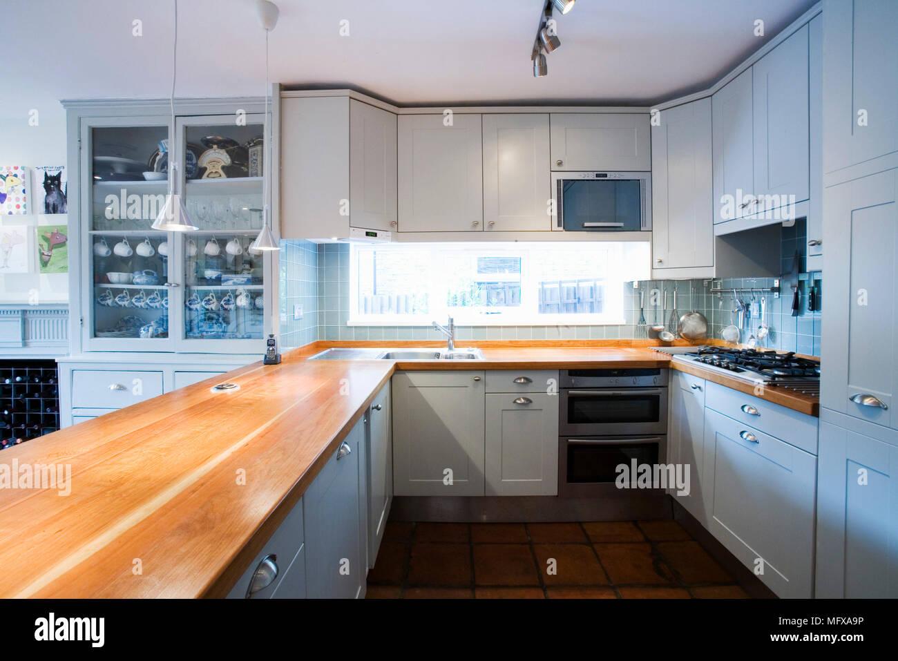 Einheit mit Holz Arbeitsplatte in der Küche mit blau lackierten ...