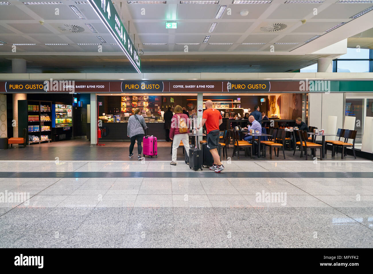 Mailand Malpensa ITALIEN - ca. November 2017: Puro Gusto am Flughafen Milano-Malpensa. Stockbild