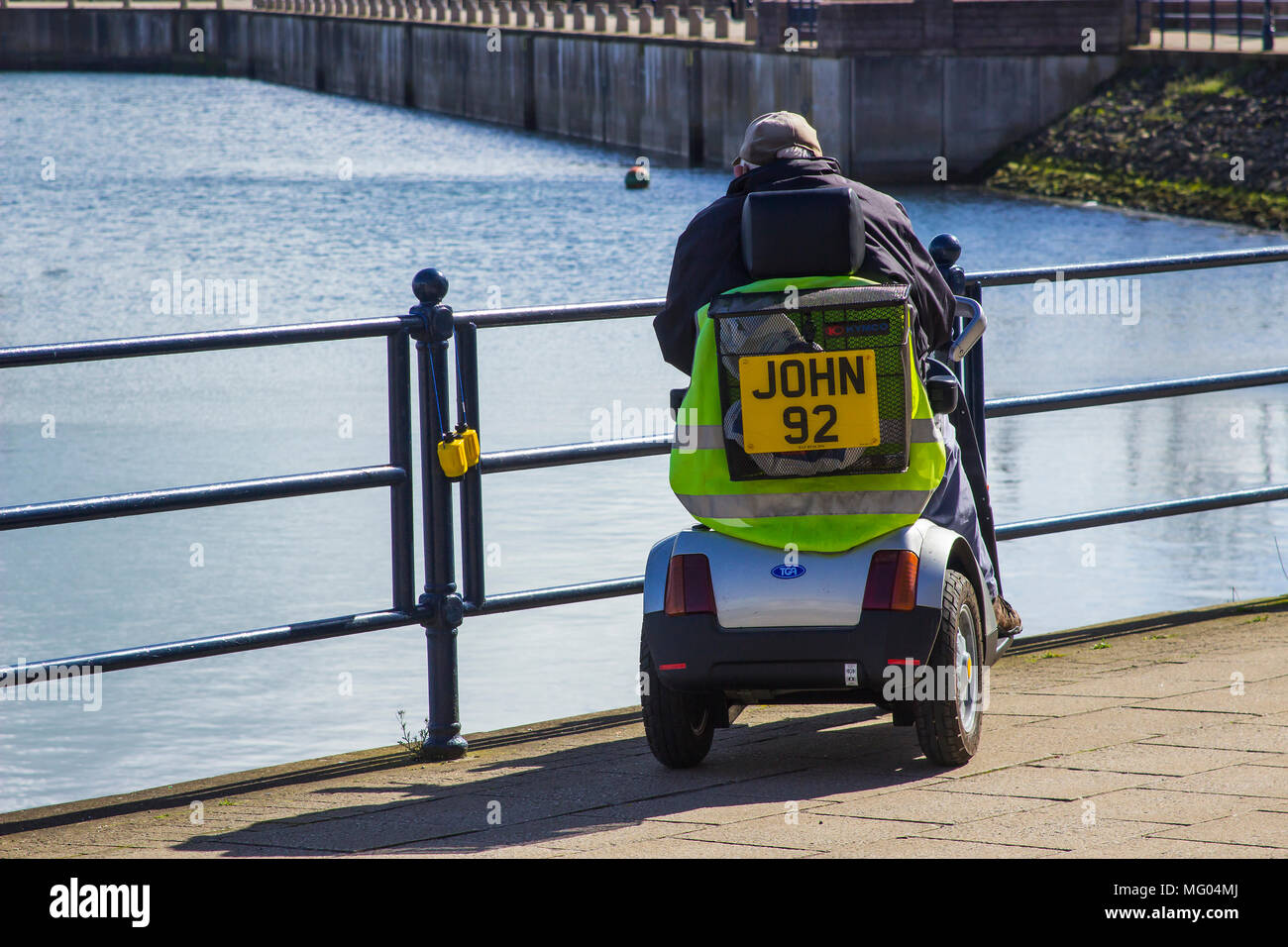 26. April 2018 eine 94-jährige Seniorin auf einer Behinderung Roller an der Küste in Bangor Northern Ireland an einem kalten, aber hell und Stockbild