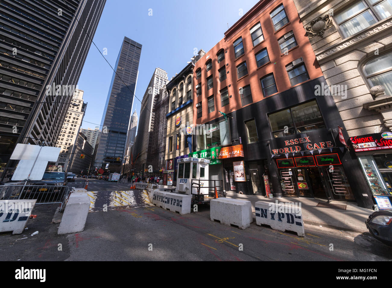 NYPD konkrete Hindernisse in Lower Manhattan. Stockbild