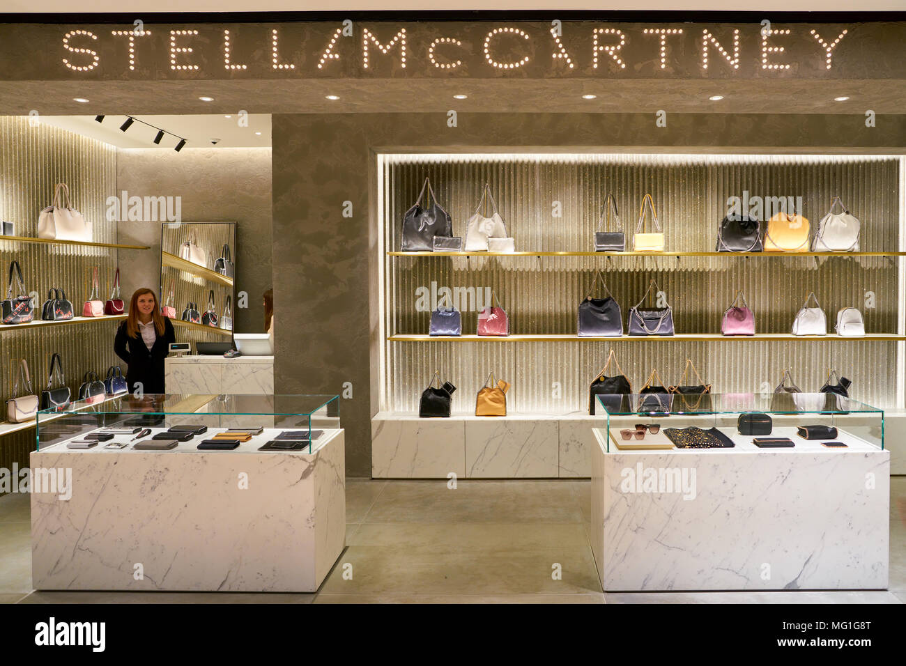 03c081d5d4422d Stella Mccartney Fashion Store Stockfotos   Stella Mccartney Fashion ...