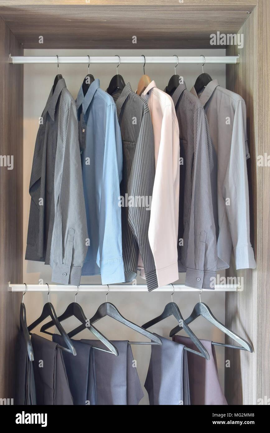 Reihe Von Bunten Hemden Und Hosen In Aus Holz Aufhängen Stockfoto