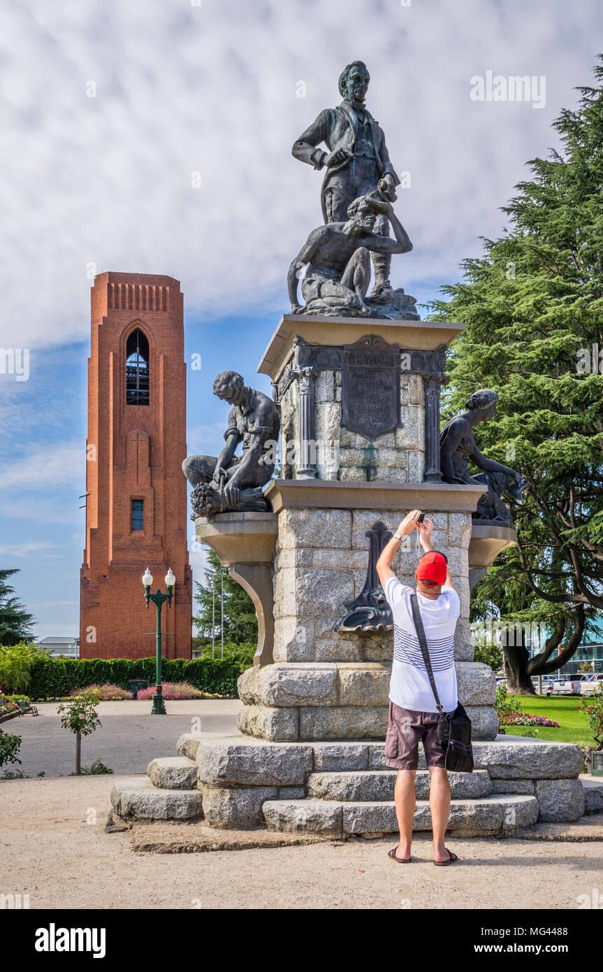 Denkmal für die Surveyor und Explorer George William Evans, der die Great Dividing Range 1813 gekreuzt, im Hintergrund die 35 Glocken Wa Stockbild