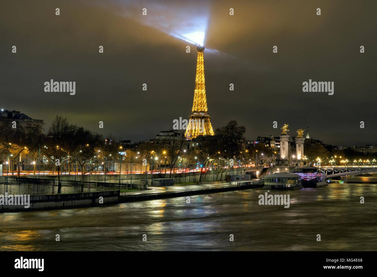 Schöne Sicht der Nacht Paris nach Weihnachten. Die stürmische Fluss ...