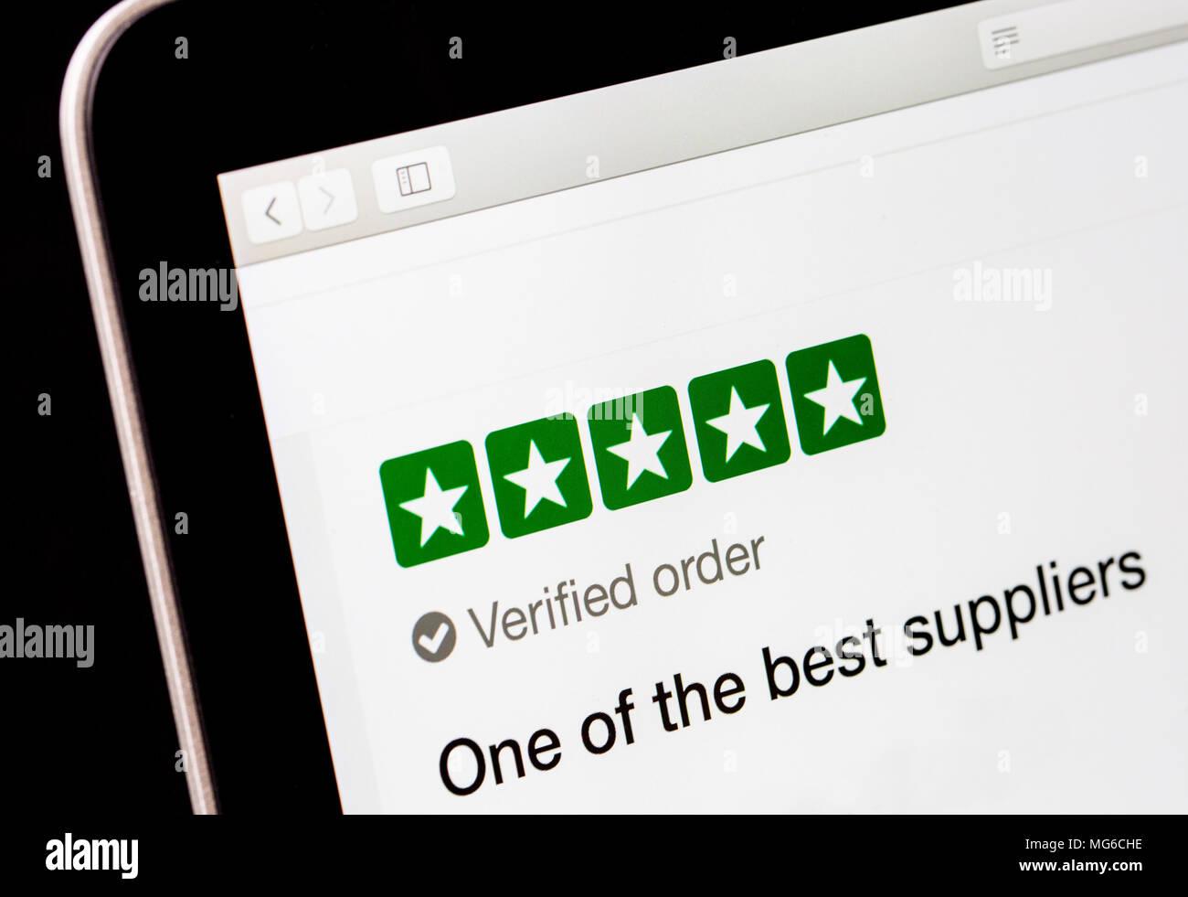 Eine 5-Sterne Bewertung eines Unternehmens auf eine online-Überprüfung Website Stockbild