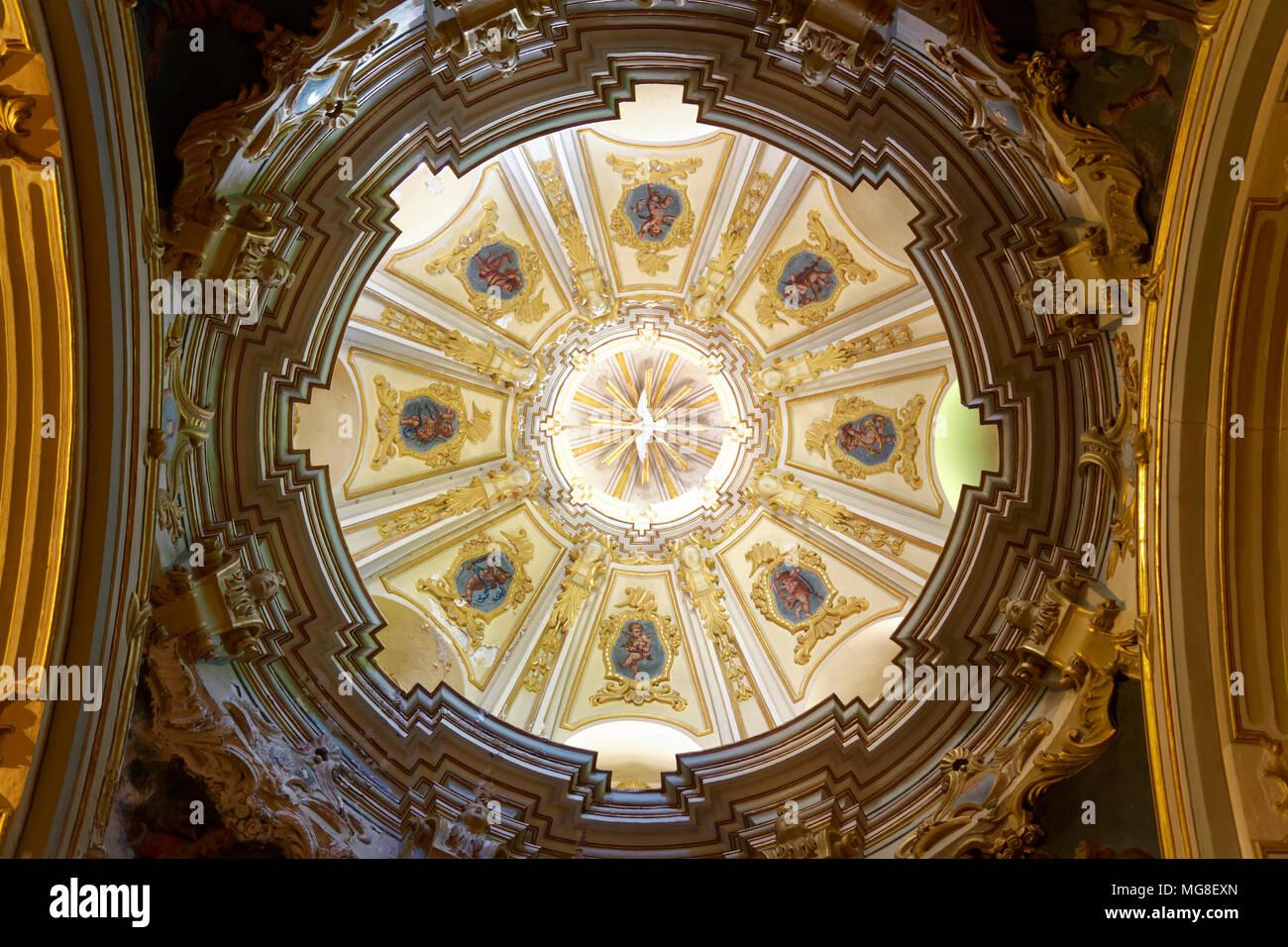 Gewölbte Decke, Kuppel über Seitenaltar, der Innenraum, die Kirche St. Bartholomäus, die Römisch-katholische Kirche Stockbild