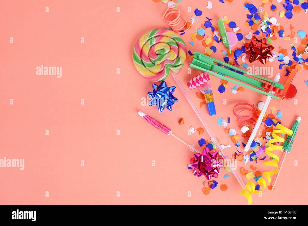 Bunte party Rahmen mit Geburtstag objets auf orangem Hintergrund ...