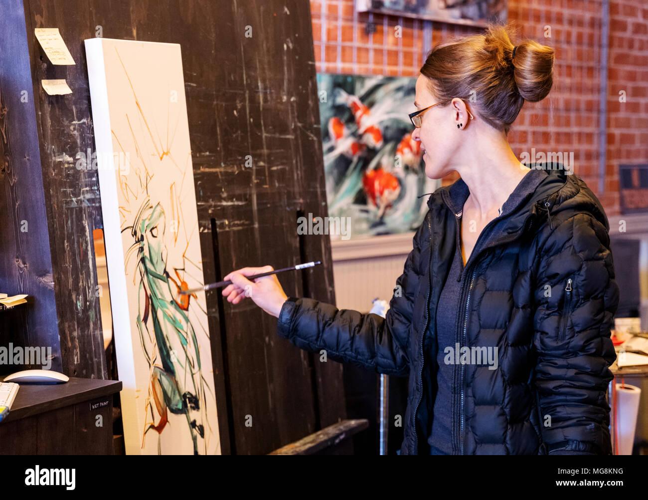 Bildende Künstlerin Katie Maher erstellen ein Ölgemälde in Ihrer Galerie; Salida, Colorado, USA Stockfoto