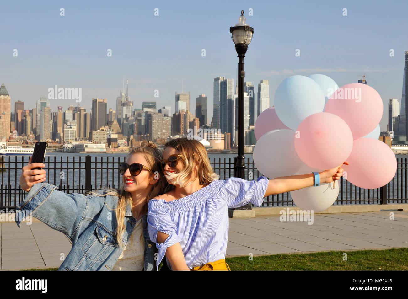 Schone Junge Frauen Die Ein Selfie Mit Ihrem Smartphone Auf New York Modische Madchen