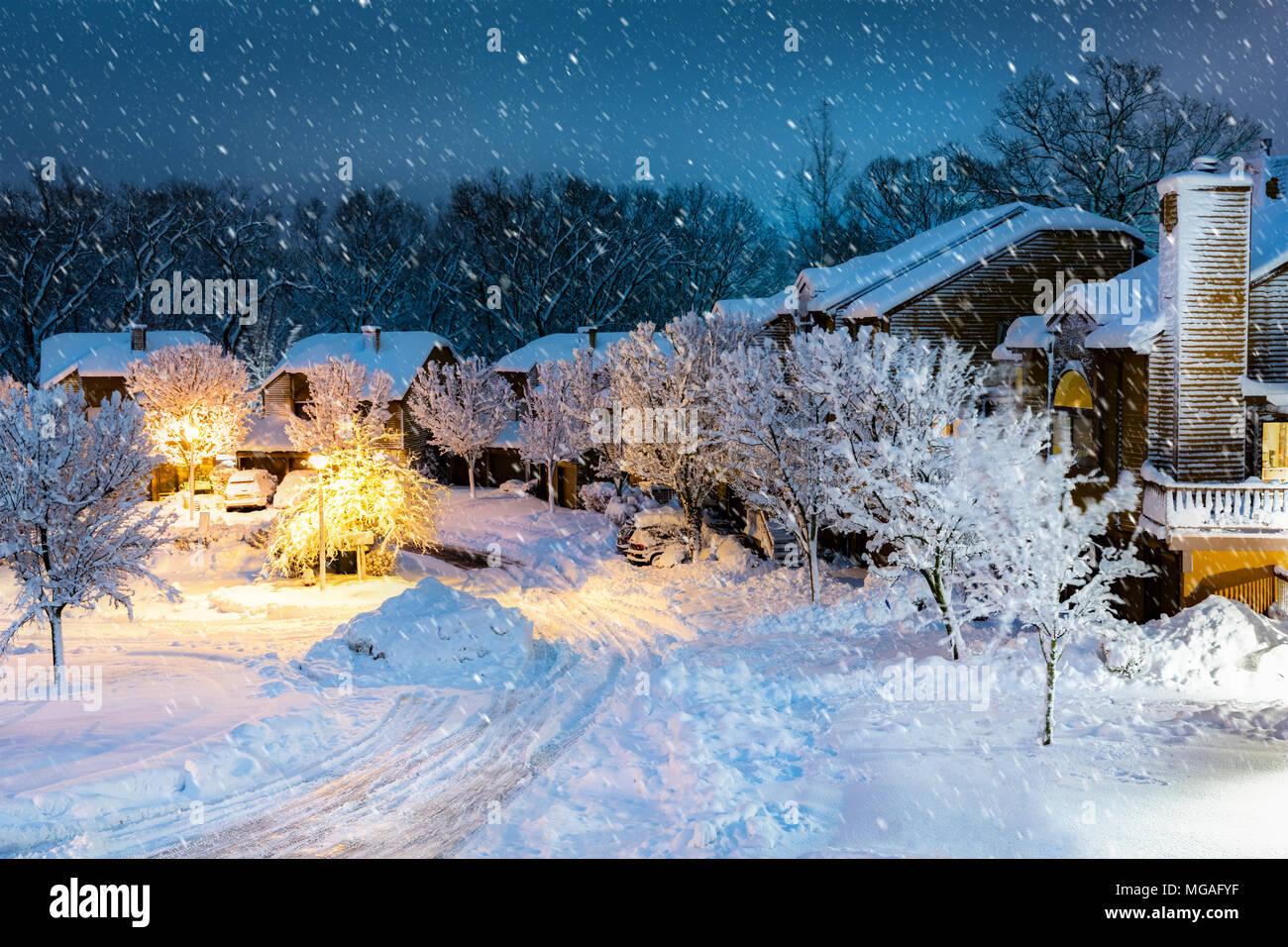 Nacht Schneefall in einem neuen Jersey Dorf mit Holzhäusern. Stockfoto