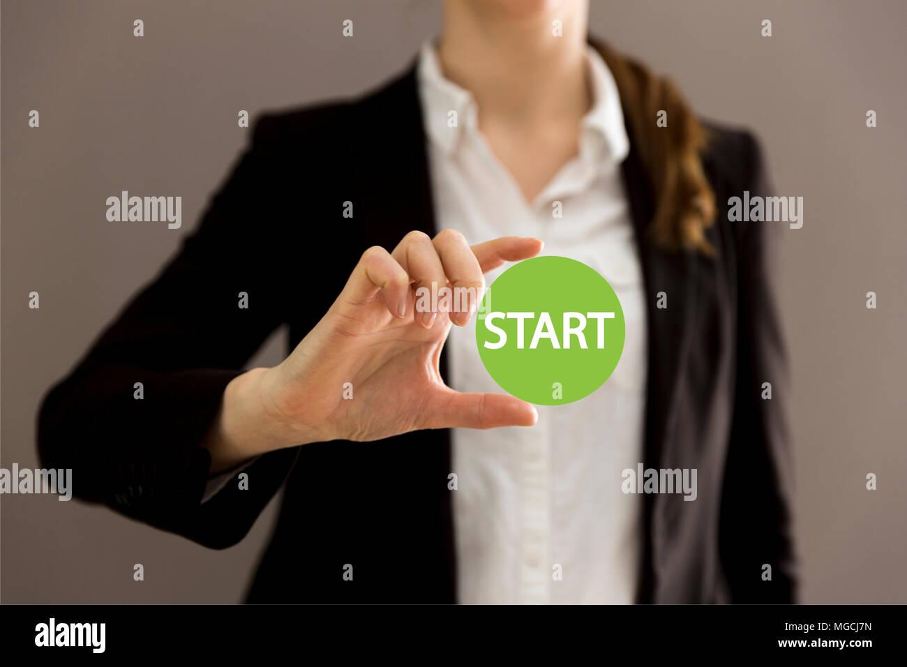 Junge Geschäftsfrau Holding virtuellen Button starten. Neue beginnt, Business Konzept Stockfoto