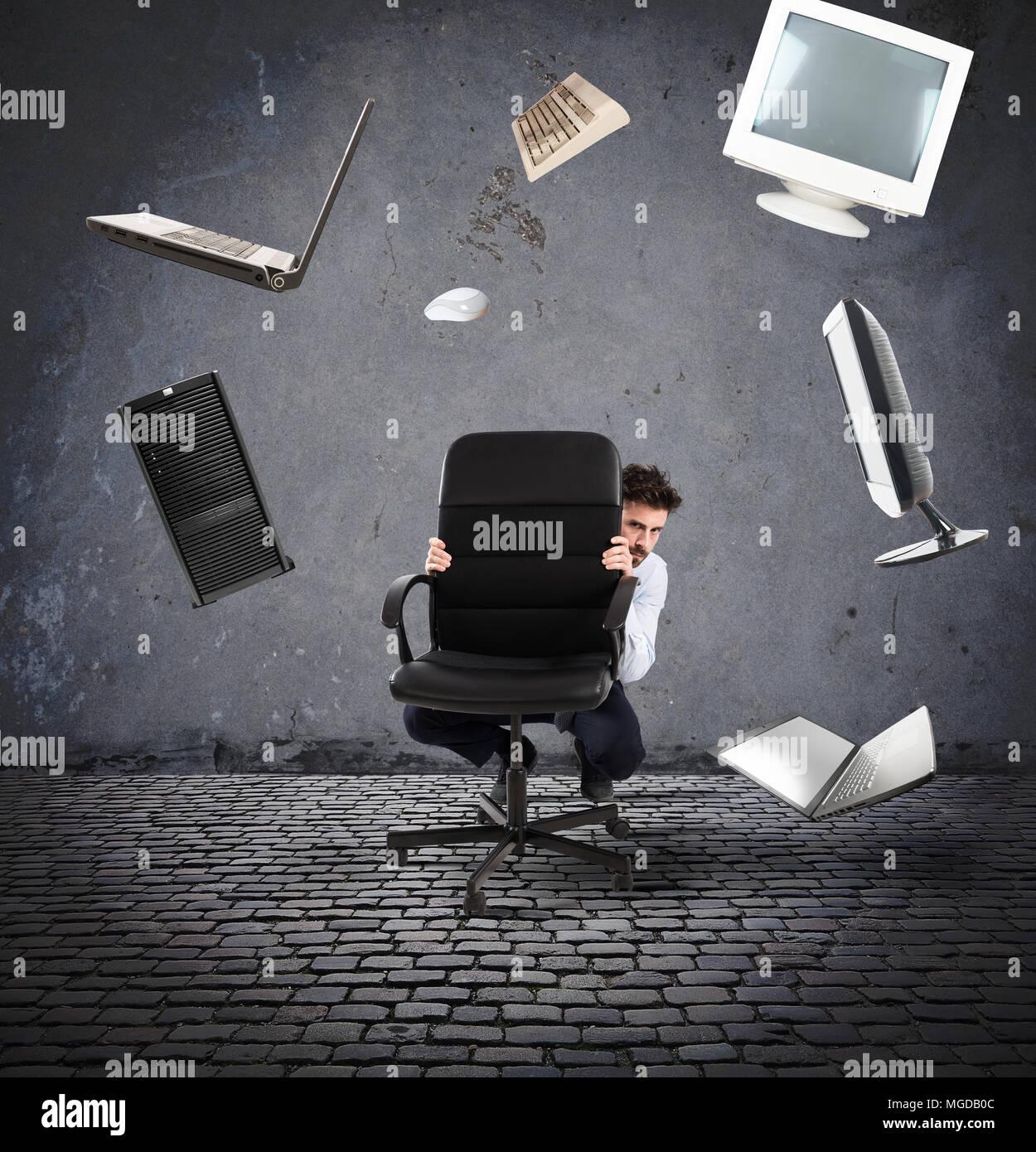 Geschäftsmann hat Angst vor Computer und Technologie Stockbild