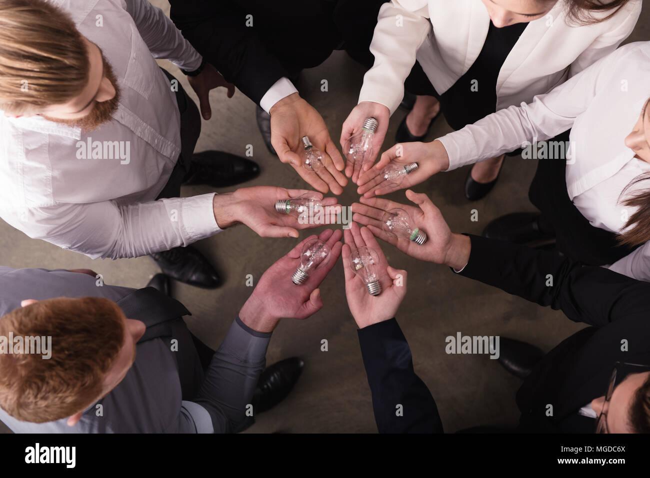 Teamarbeit und Brainstorming Konzept mit Geschäftsleuten, die eine Idee mit einer Lampe. Konzept der Startup Stockbild