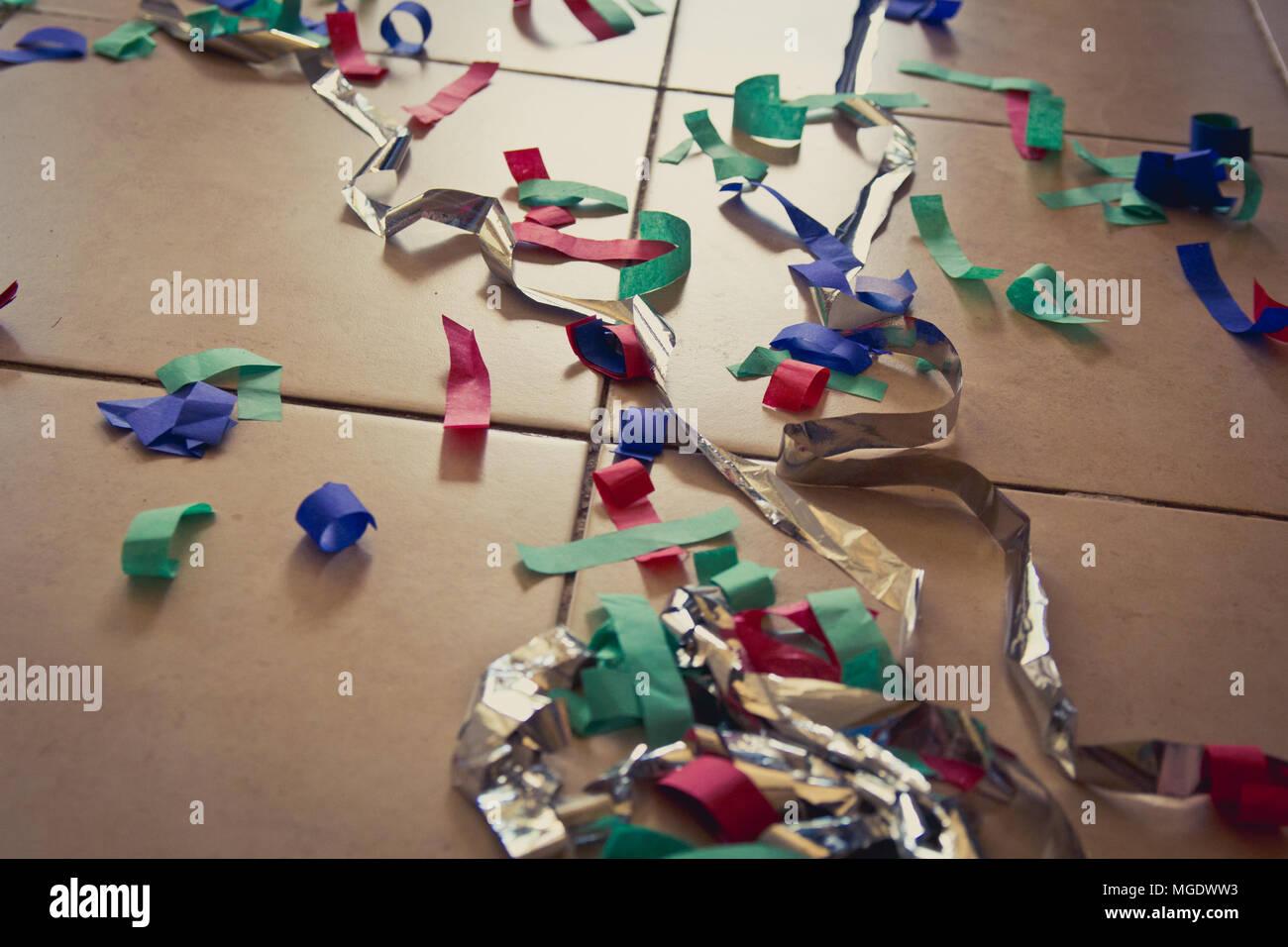 Fußboden Aus Papier ~ Bunte konfetti papier auf dem boden warme atmosphäre stockfoto