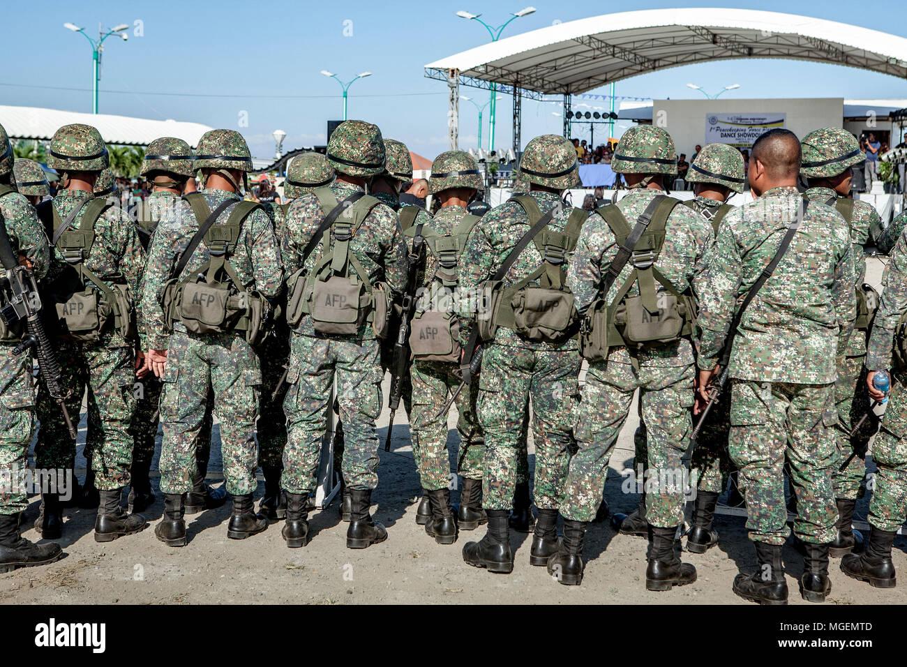 Rückansicht der Streitkräfte der Philippinen, AFP, in camoflage Uniformen, Helme und Rucksäcke in Palawan gekleidet. Stockfoto