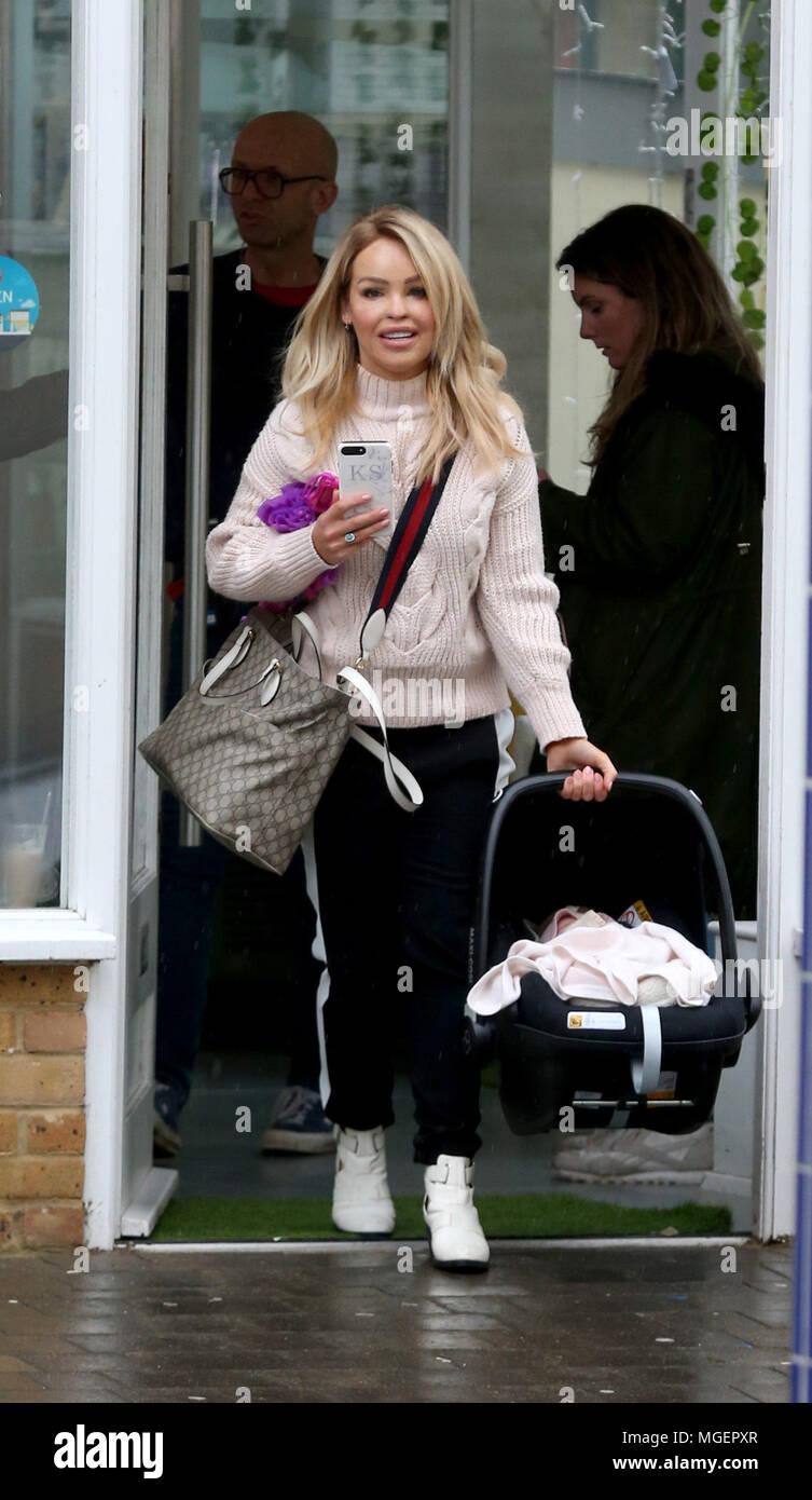 f3c7ff6bc3fee1 Katie Piper Einkaufen mit Ihrem Baby Tochter Penelope an einem regnerischen  Tag in Brentwood Mit  Katie Piper
