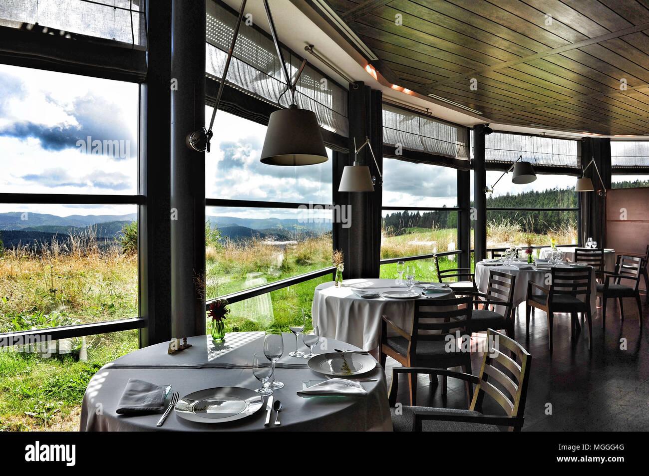 Fine Dining mit Blick in die Auvergne bei Michelin-starred Régis et Jacques Marcon Restaurant in Saint-Bonnet-le-Froid, Frankreich Stockbild