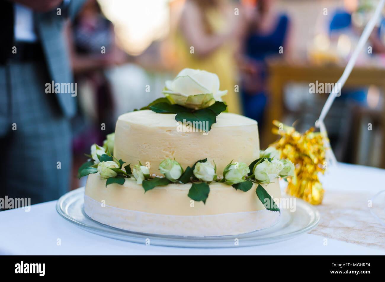 Weisse Hochzeitstorte Mit Weissen Rosen Stockfoto Bild 182329788