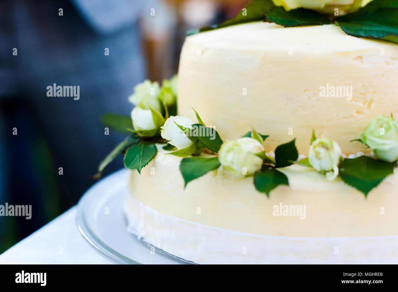 Weisse Hochzeitstorte Mit Weissen Rosen Stockfoto Bild 182329795