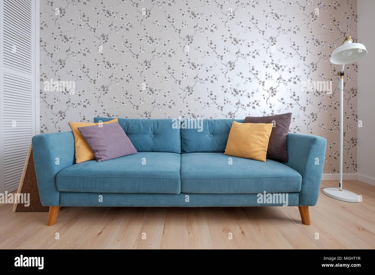 Gemütliches Sofa mit Kissen im Wohnzimmer Stockfoto, Bild ...