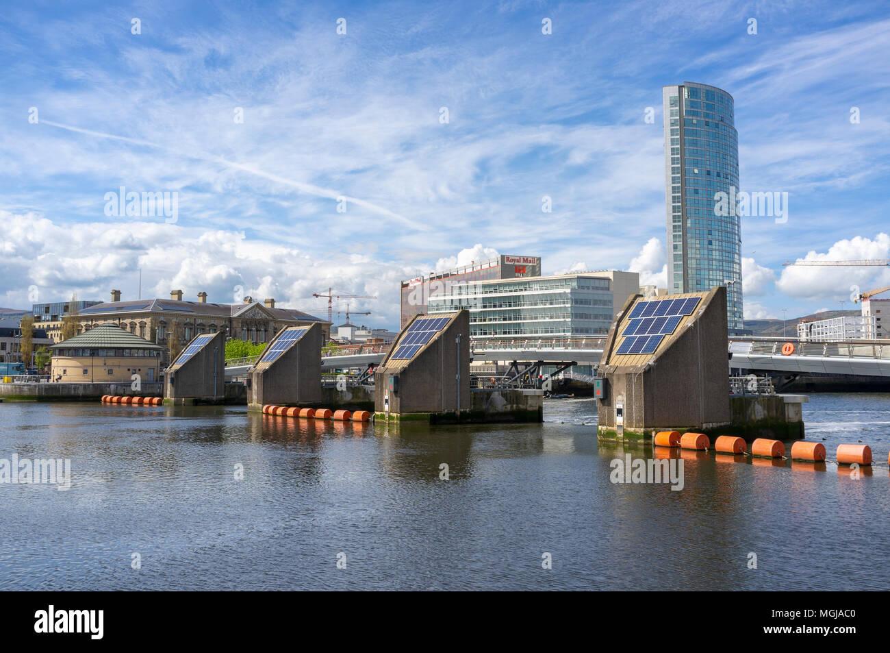 Der Lagan Wehr, Belfast. Der Obel Gebäude kann nach rechts und das Custom House auf der linken Seite gesehen werden. Stockfoto