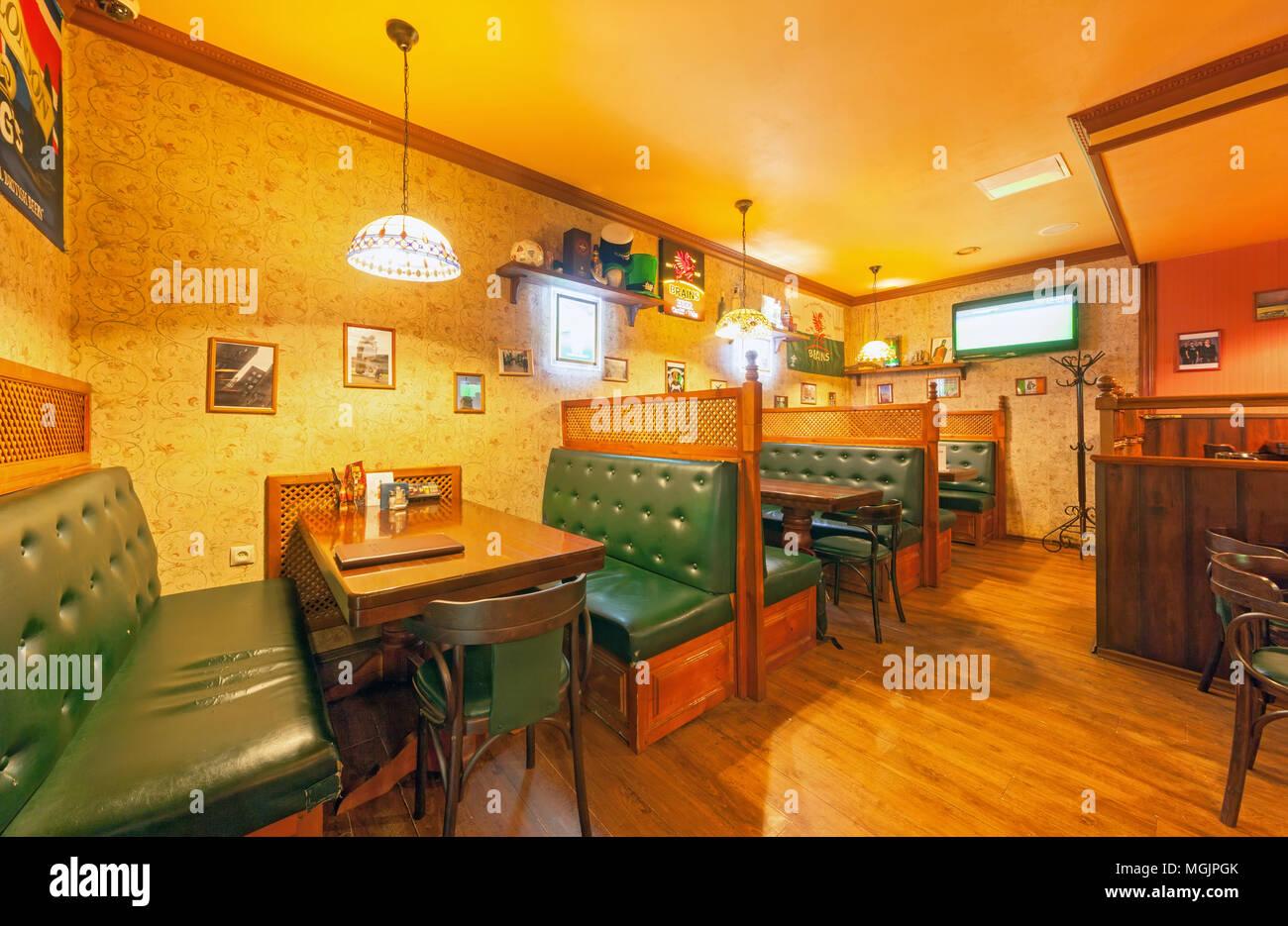 Moskau - AUGUST 2014: Der Innenraum des Irish Pub und die Sports Bar ...