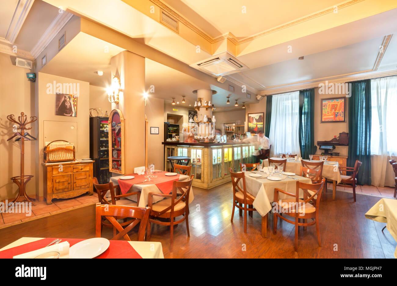 Moskau - AUGUST 2014: Innenraum des Restaurants ist die ...