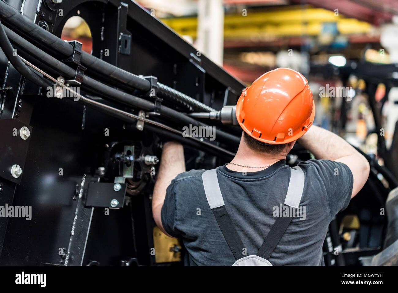 Industrielle Arbeiter versammelt landwirtschaftliche Geräte Stockbild