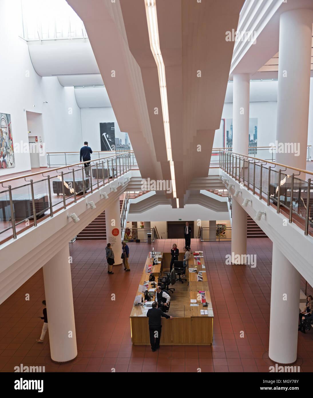 Eingangsbereich mit Kasse und Information Museum Ludwig, Köln, Deutschland Stockfoto