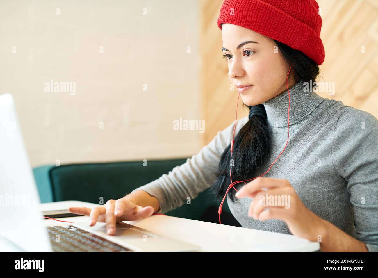 Junge Frau im Cafe Stockbild
