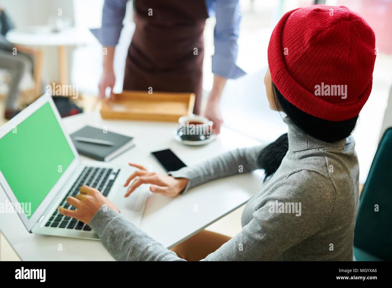 Moderne Frau mit Laptop im Cafe Stockbild