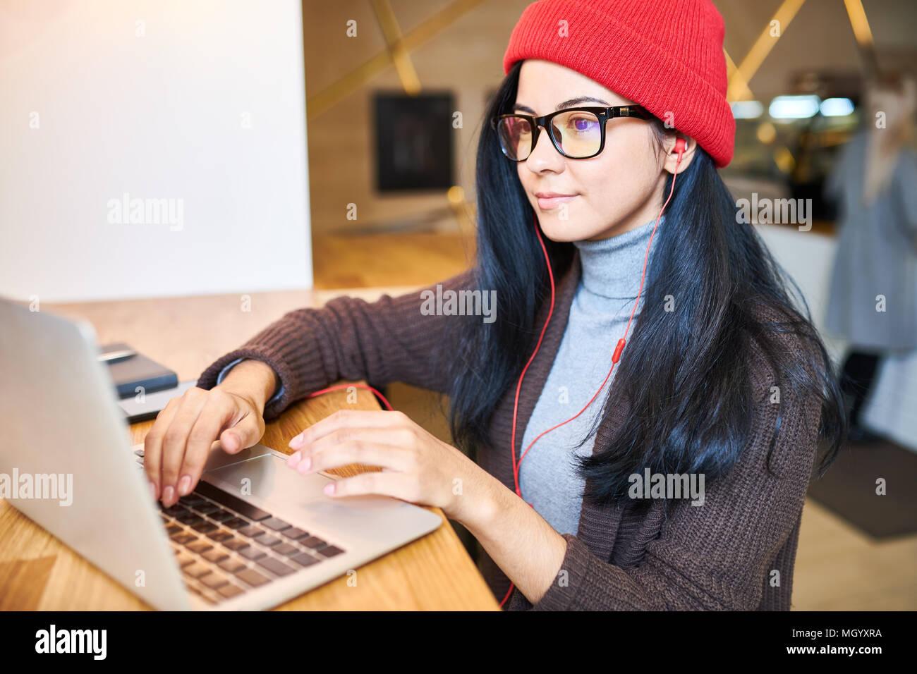 Trendy Frau Blogging in Cafe Stockbild