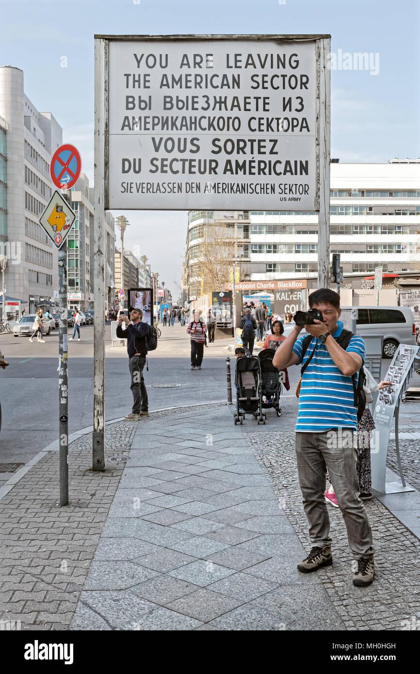 Während des 'Kalten Krieges' der Checkpoint Charlie war einer der bekanntesten Grenzübergänge in der Welt werden. Heutzutage ist es eine große Touristenattraktion in Stockfoto