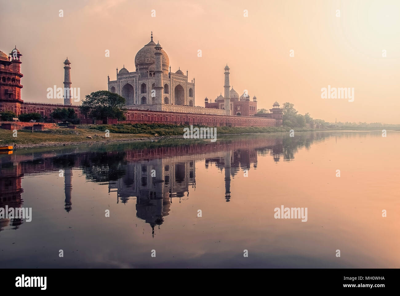 Sonnenuntergang über das Taj Mahal, Agra, Indien Stockbild