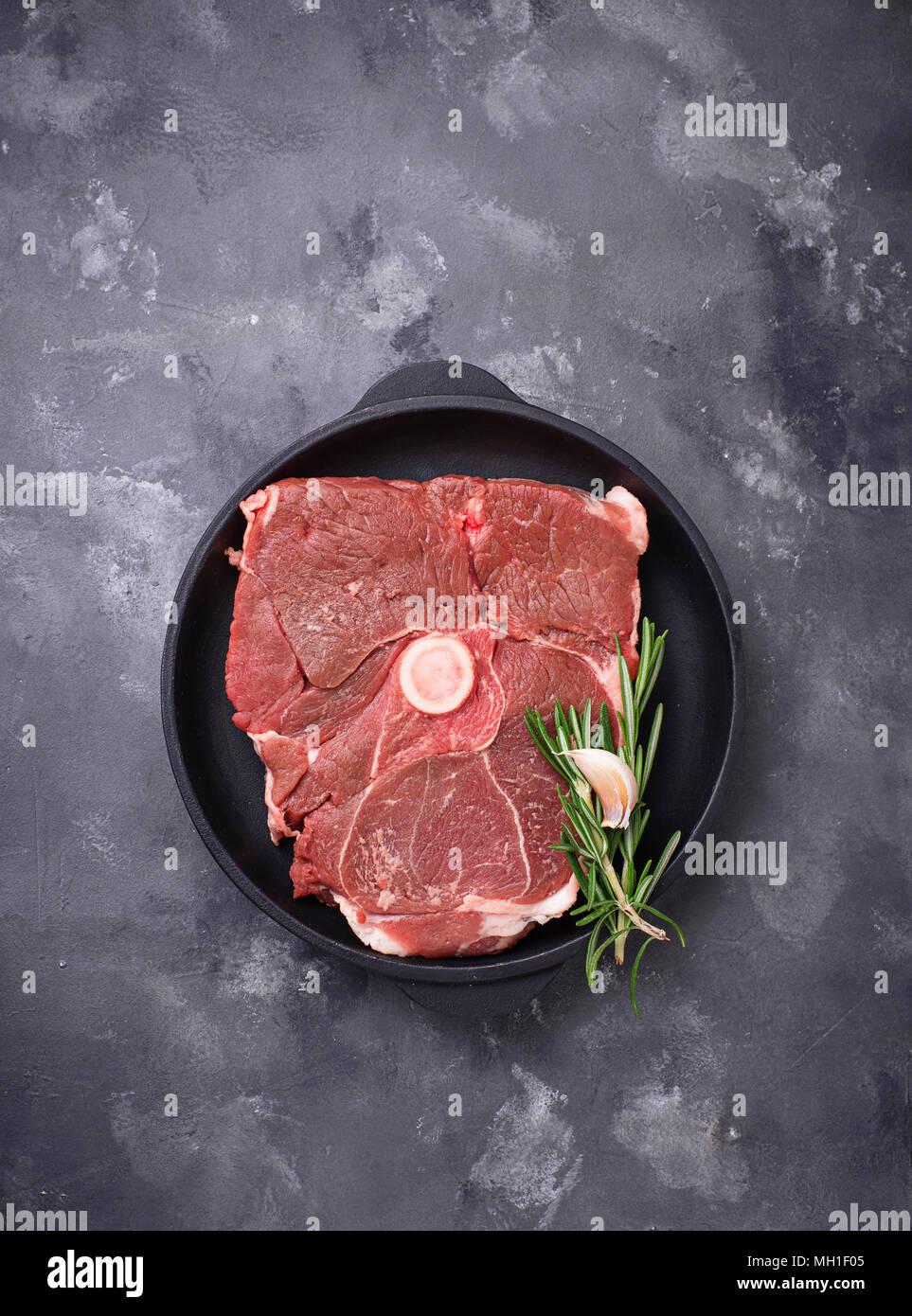 Lammfleisch mit Rosmarin und Gewürze Stockbild