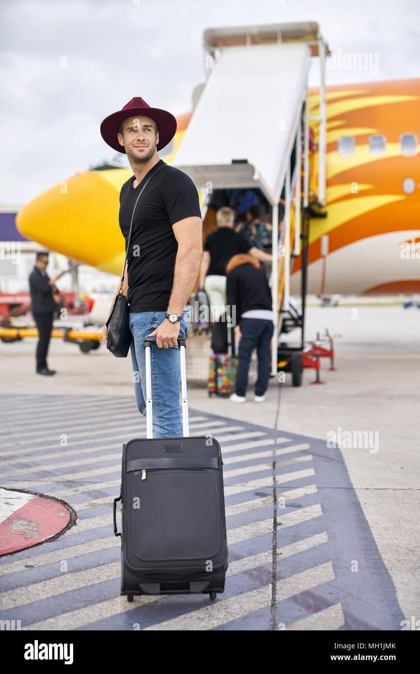 Junge Kerl in Flughafen Stockbild