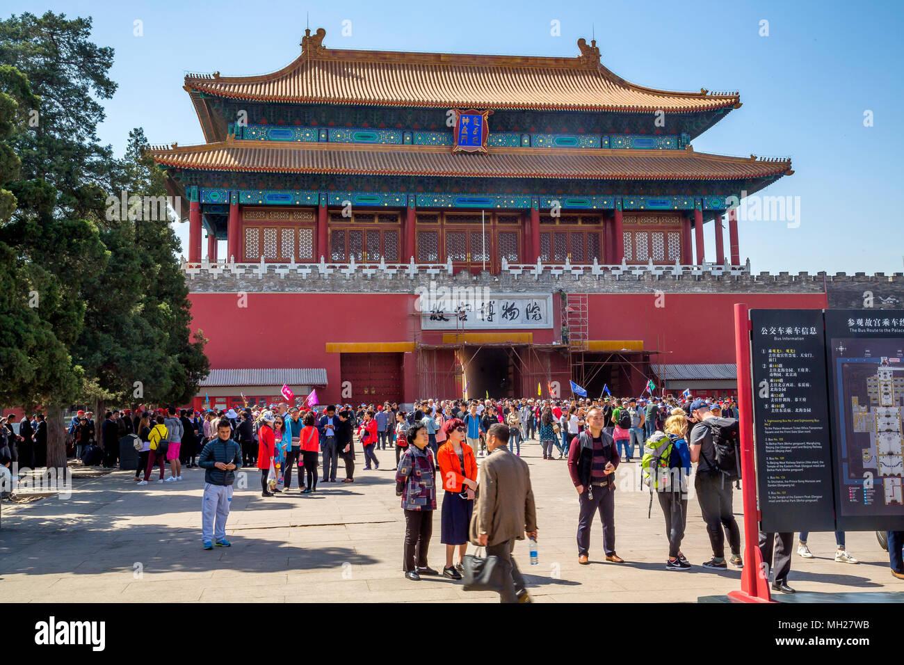 Palace Museum, Verbotene Stadt, Beijing, China - Massen von Touristen sammeln am Tor des Göttlichen. Handwerker sind Reparaturen vor der Ausfahrt. Stockfoto