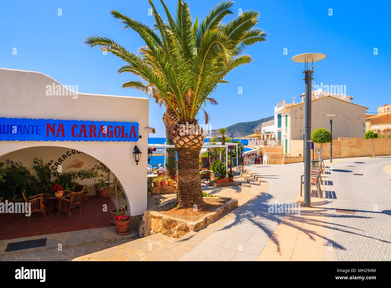 Insel Mallorca, SPANIEN - 18.April 2013: Typisches Restaurant in kleinen Stadt Sant Elm an sonnigen schönen Tag. Diese spanische Insel ist am meisten von der Tour besucht. Stockbild