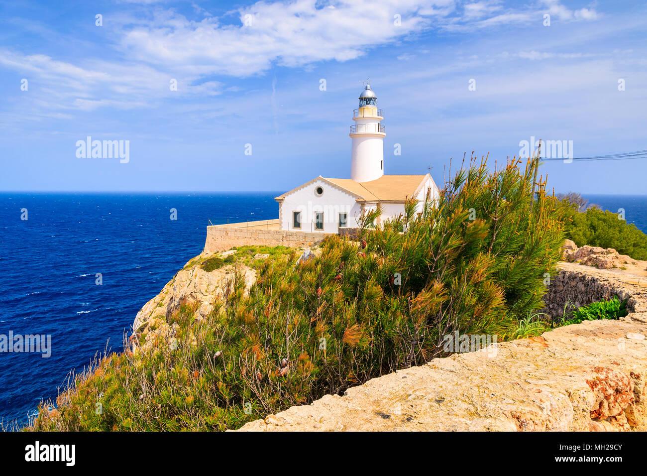 Leuchtturm auf hohen Felsen über dem Meer in der Nähe von Cala Ratjada, Mallorca, Spanien Stockbild
